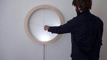 戳戳才愿意显示时间的互动式时钟Shadowplay Clock