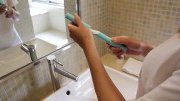推一下牙膏就挤好!比另一半还贴心的SONA填充牙刷