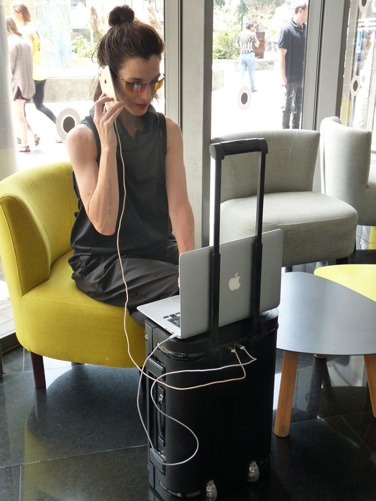 外观独特新颖的铝合金材质智能行李箱Samsara