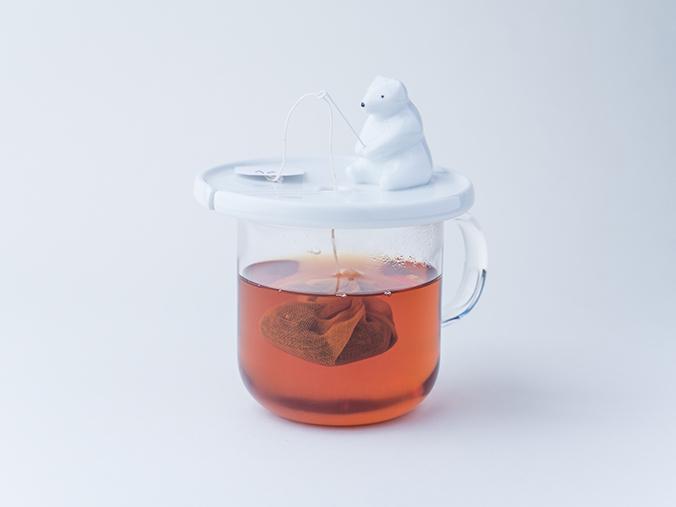 'Shirokuma'站在茶杯上的北极熊