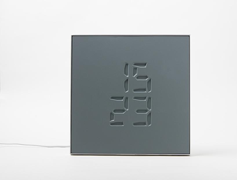 ETCH智能钟以雕刻的方式在石板上雕刻时间