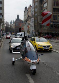 能够在道路行驶和空中飞行的飞行汽车 GyroDrive