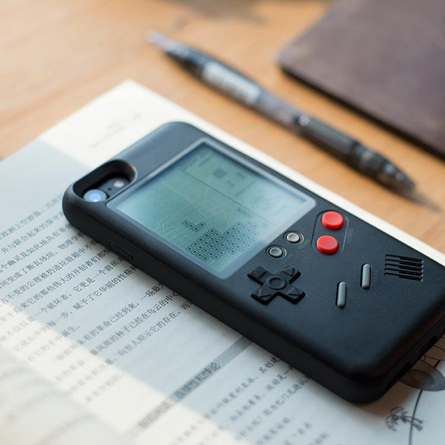 iPhone、Game Boy 一机两用!内建 10 款复古游戏的手机壳