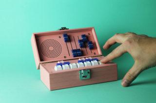 bivalvia多彩木盒中的迷你电子合成器